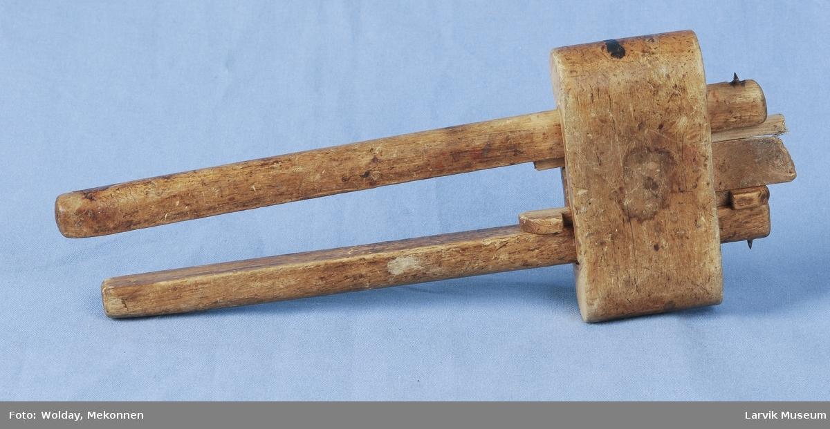 Form: To halvrunde pinner med nål  som stikker ut til hver sin side holdes sammen av et avrundet stykke som har spor i midten som er tilpasset disse. Tre biter i mellom som holder dem fra hverandre.