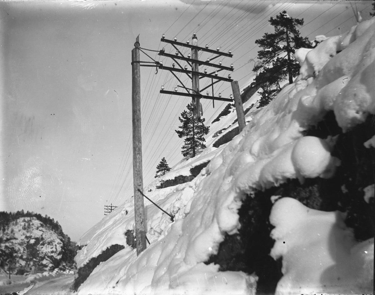 Fjellskråning med elektriske ledninger, vinter