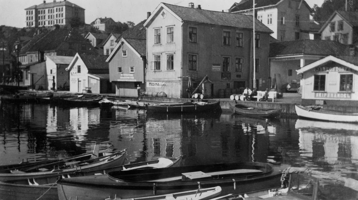 Bredsdorffs brygge sett fra sjøen, Kragerø. 1935.