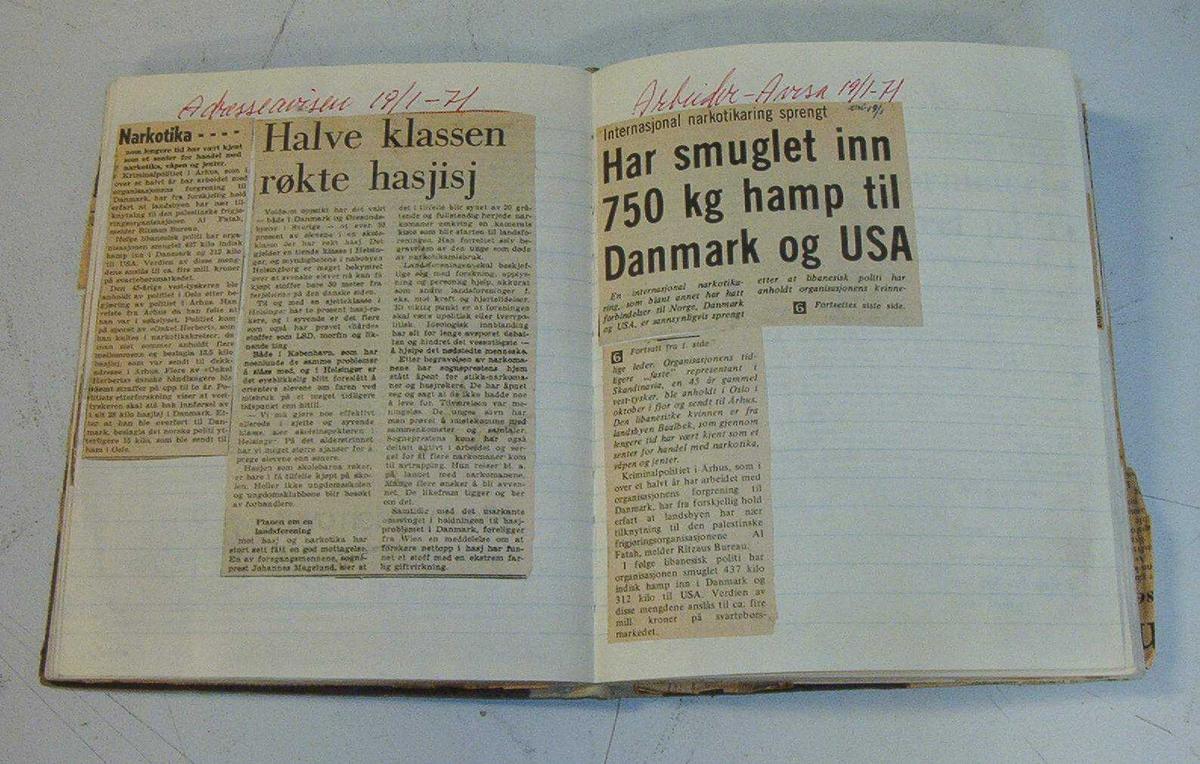 Bok laget med avisutklipp laget av Trondheim Politikammer fra 1967-1973