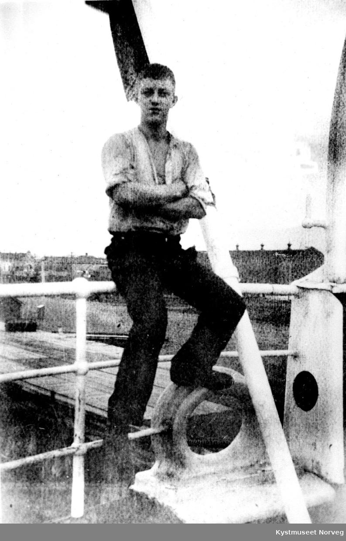 Ung ukjent mann ombord i båt