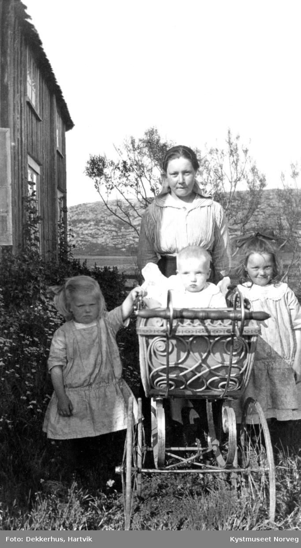 Jenny Dekkerhus Jenssen med småsøskene Lilly, Finn og Alfhild Jenssen