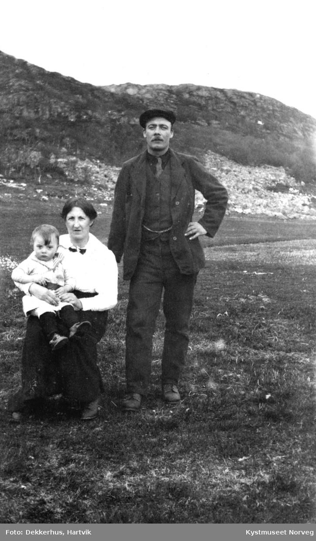 Petter og Johanna Albertsen Ofstad med sønnen Arthur