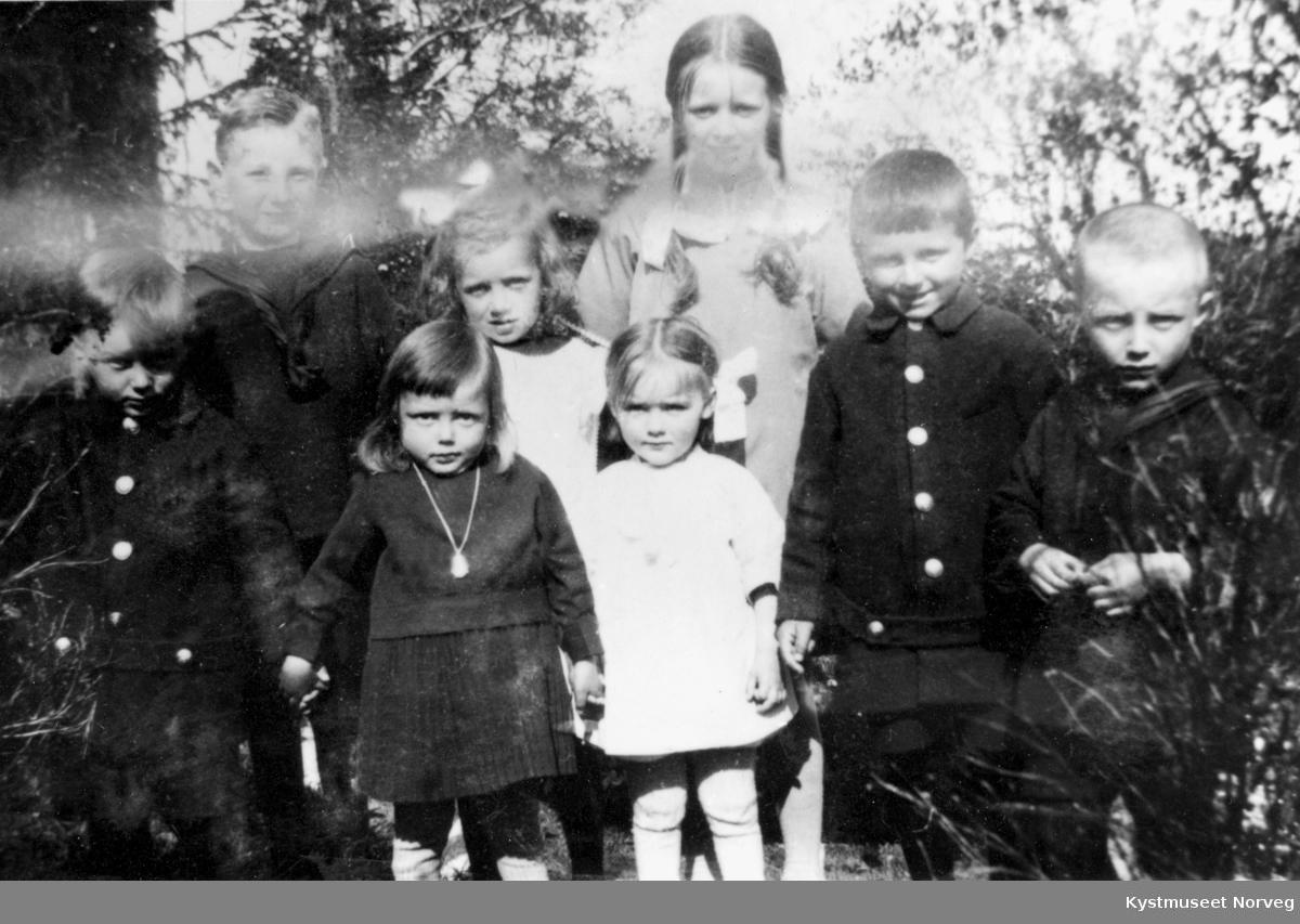 Begravelse, ukjent hvem sin? Bak fra venstre: Johan Eliassen og Inger Sandnes. Til høyre: Gunnar og Torfinn Sandnes, ellers ukjente barn
