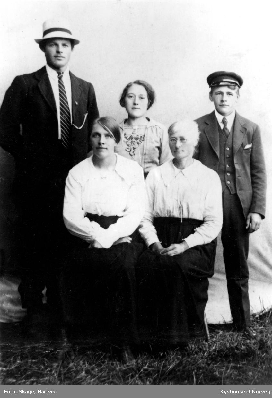 Bak fra venstre: Reidar Skage og Einar Larsen. Foran fra venstre: Petrine Larsen,Petra Lindquist og Angnes Iversen Lona