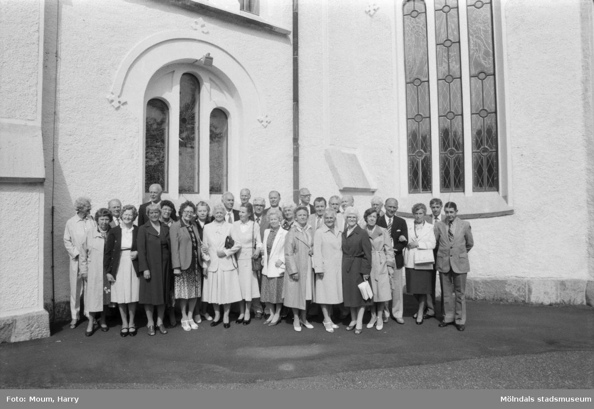 """Konfirmander 50-årsjubilerar vid Lindome kyrka, år 1984. """"Vid 50-årsjubileet deltog 32 av 1934 års konfirmander, som gjorde återbesök i Lindome kyrka.""""  För mer information om bilden se under tilläggsinformation."""