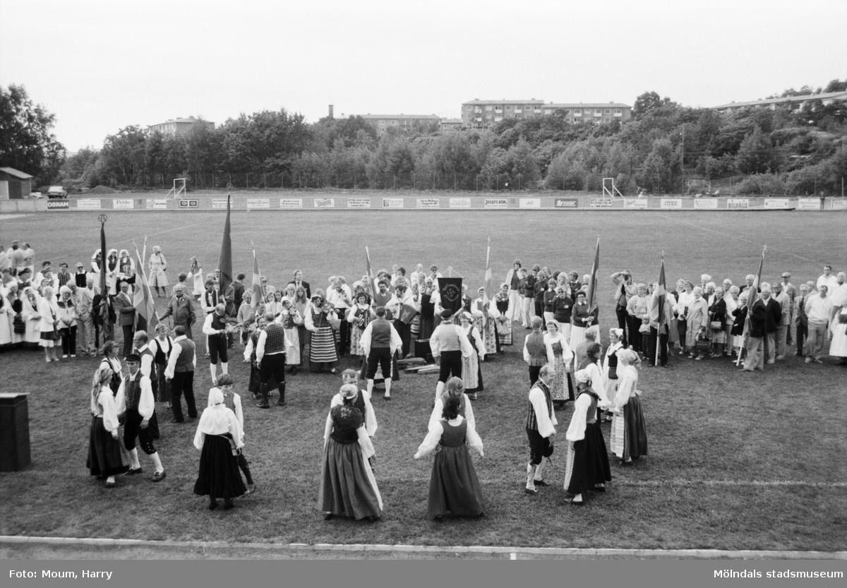 """Nationaldagsfirande på Kvarnbyvallen i Mölndal, år 1984. """"Hällesåkers folkdanslag gör en bejublad uppvisning.""""  För mer information om bilden se under tilläggsinformation."""