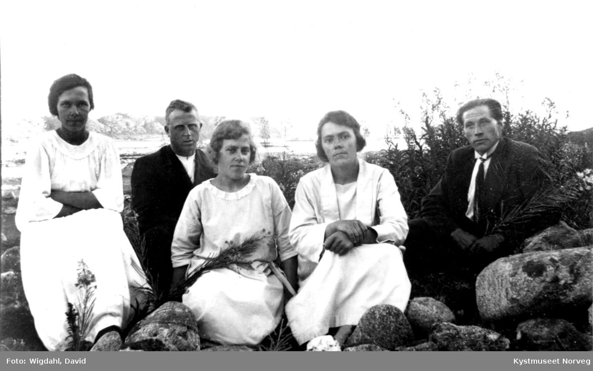 Agnes, Ester og Pauline Wigdahl, Arne Julius Valø og ukjent