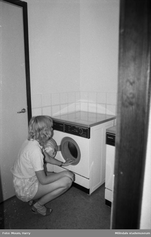 Kvinna som tvättar på Torrekulla turiststation i Kållered, år 1984. Fotografi taget av Harry Moum, HUM, Mölndals-Posten.