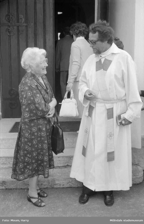 Konfirmander 50-årsjubilerar vid Lindome kyrka, år 1984.  För mer information om bilden se under tilläggsinformation.