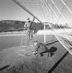 Ordningställande av fotbollsmål, Rimnersvallen, våren 1961