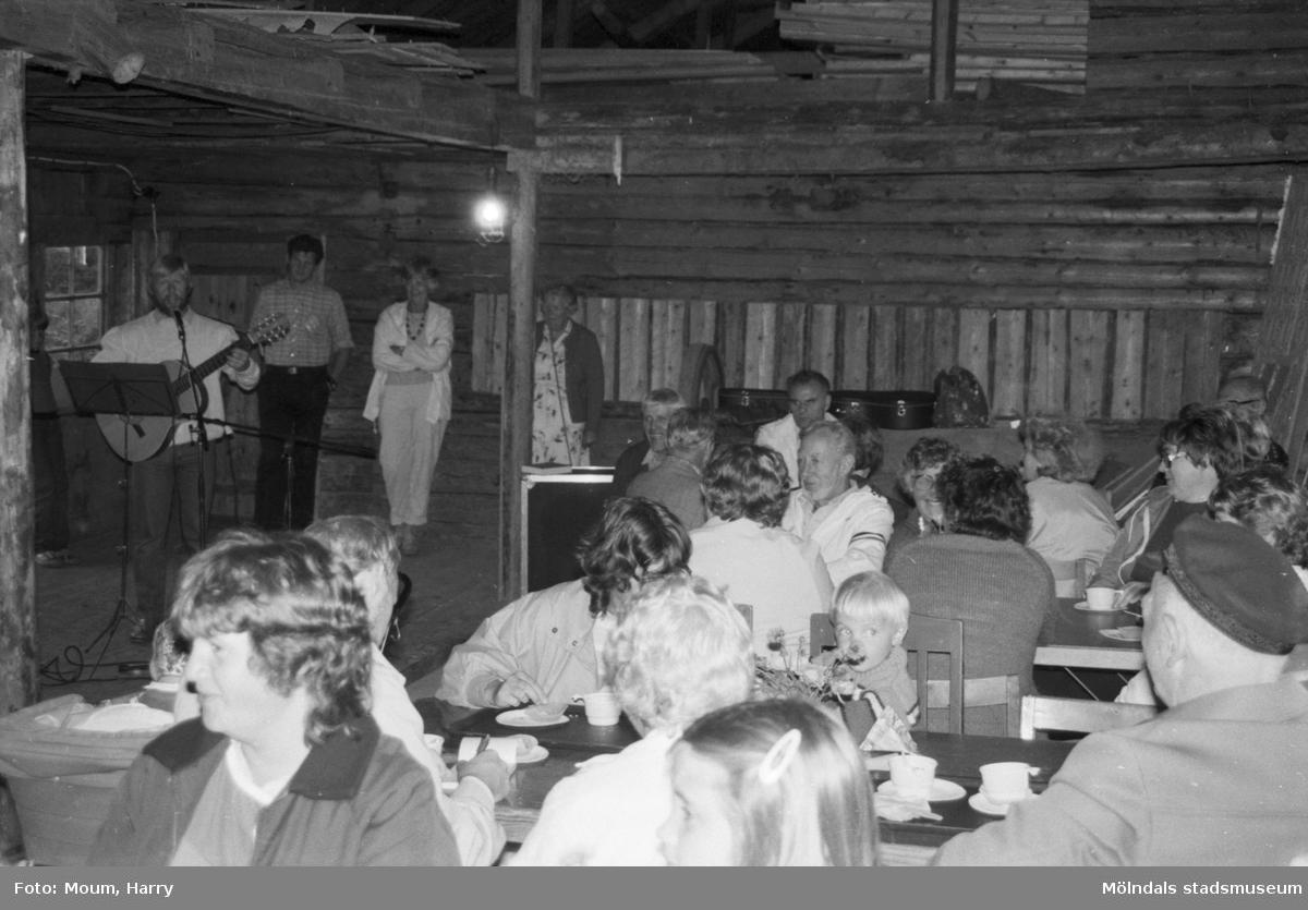 Sommarens sista sommarkafé på Börjesgården i Hällesåker, år 1984.  För mer information om bilden se under tilläggsinformation.