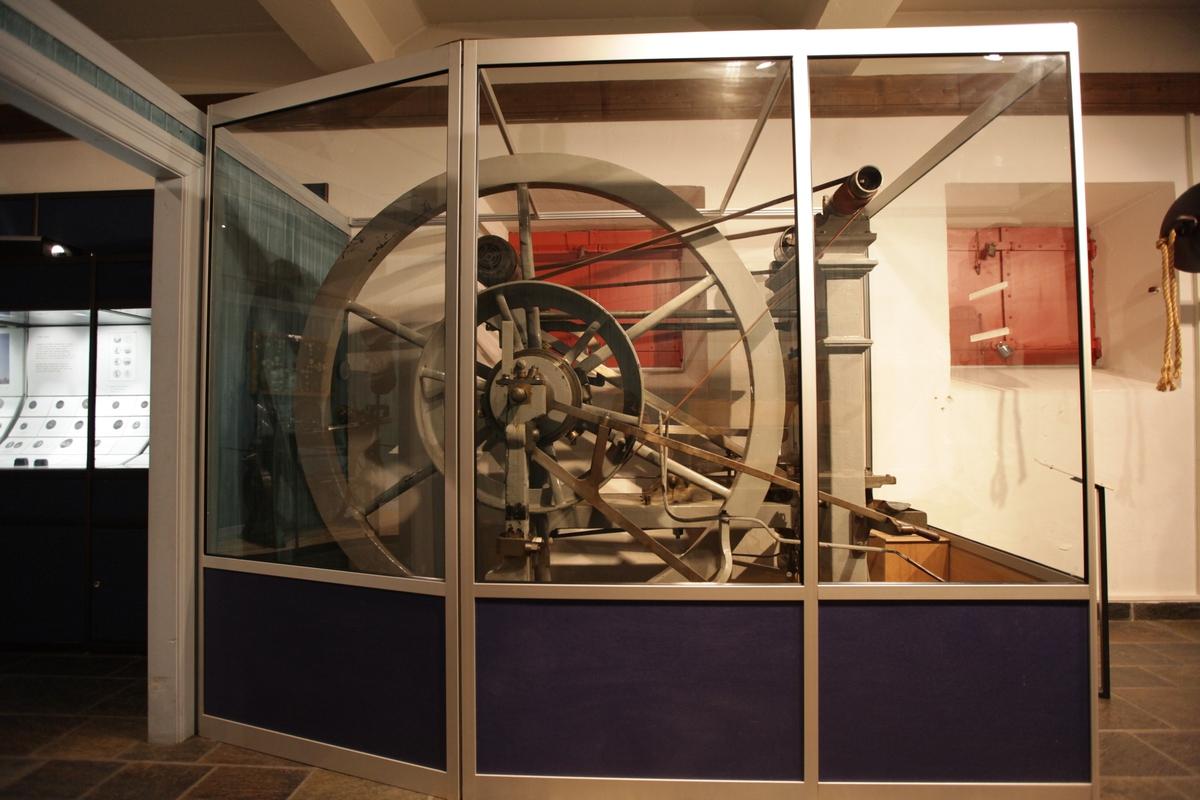 Åpen maskin med hjulverk.