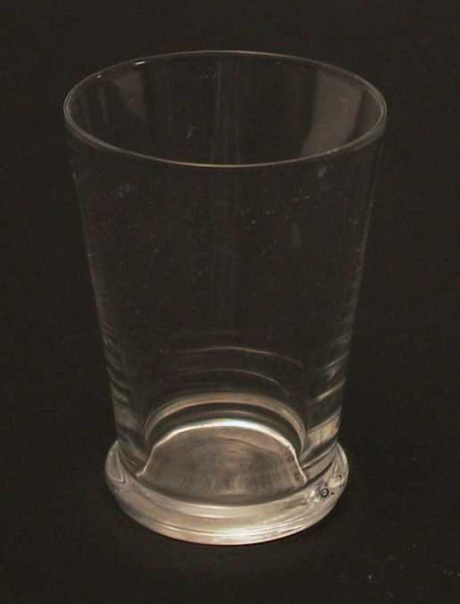 Glass med bølget kant på foten.