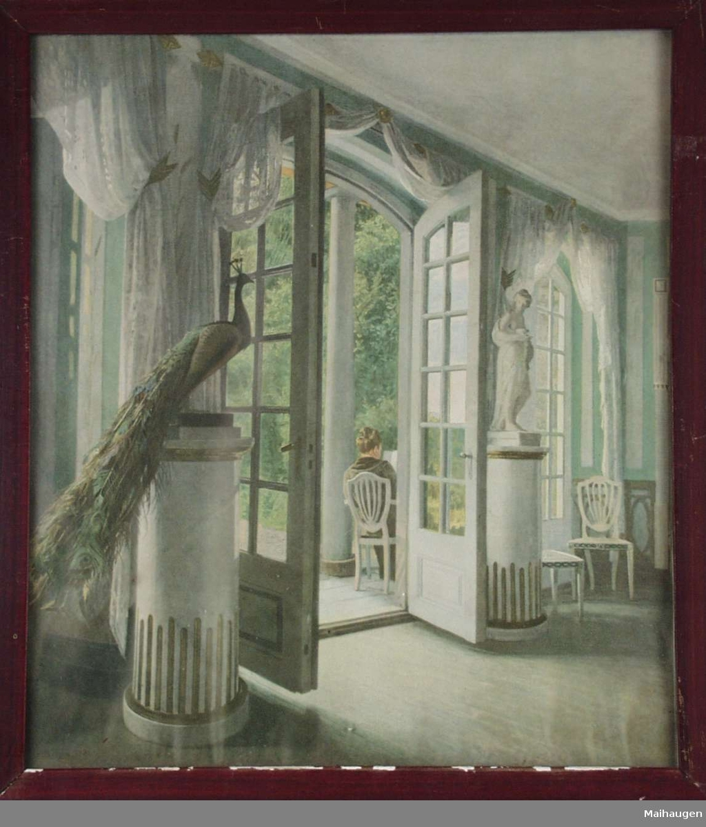 Stueinteriør med påfugl og åpen verandadør.