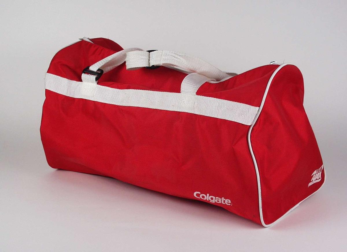 Rød nylonbag med glidelås.