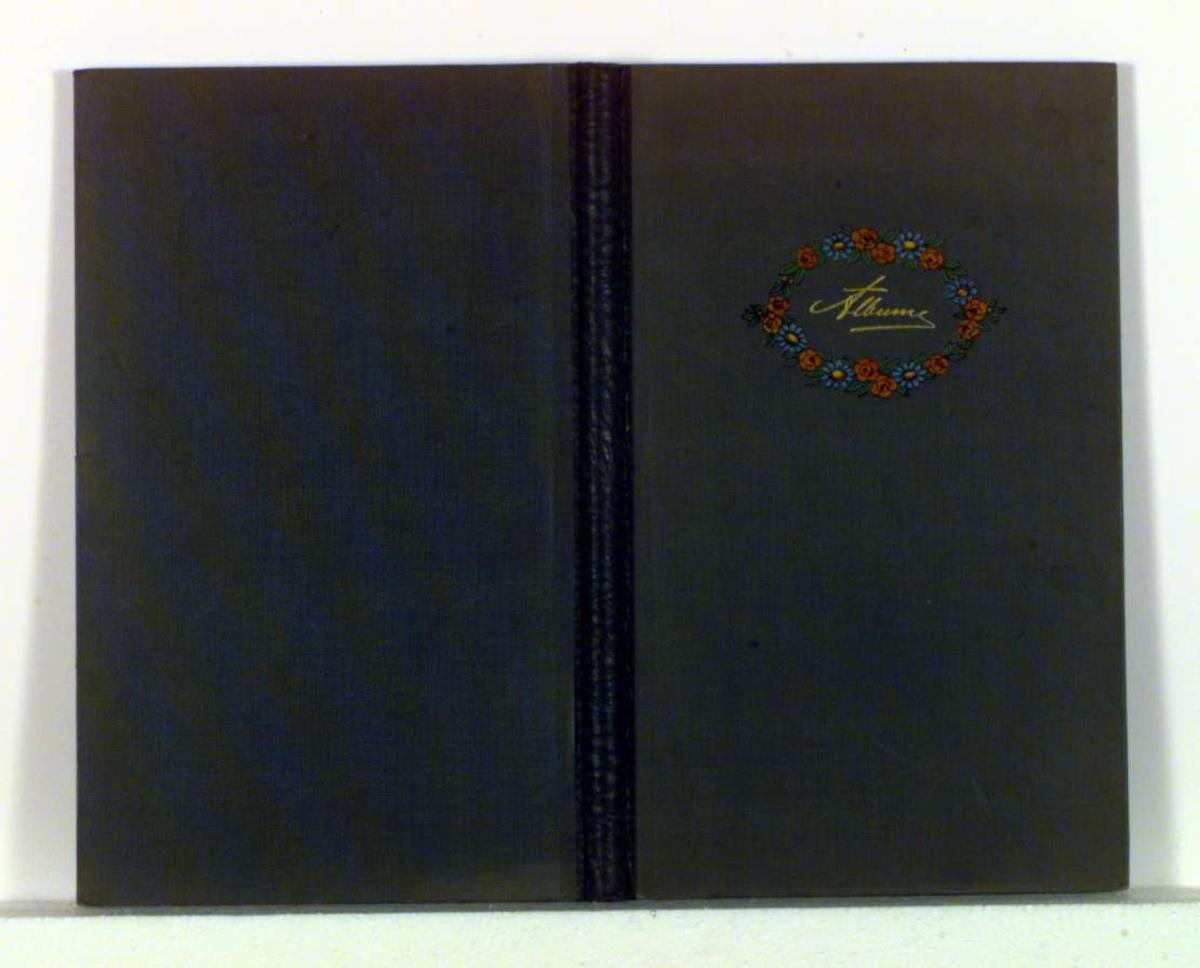 Blomsterkrans på forsiden av albumet.