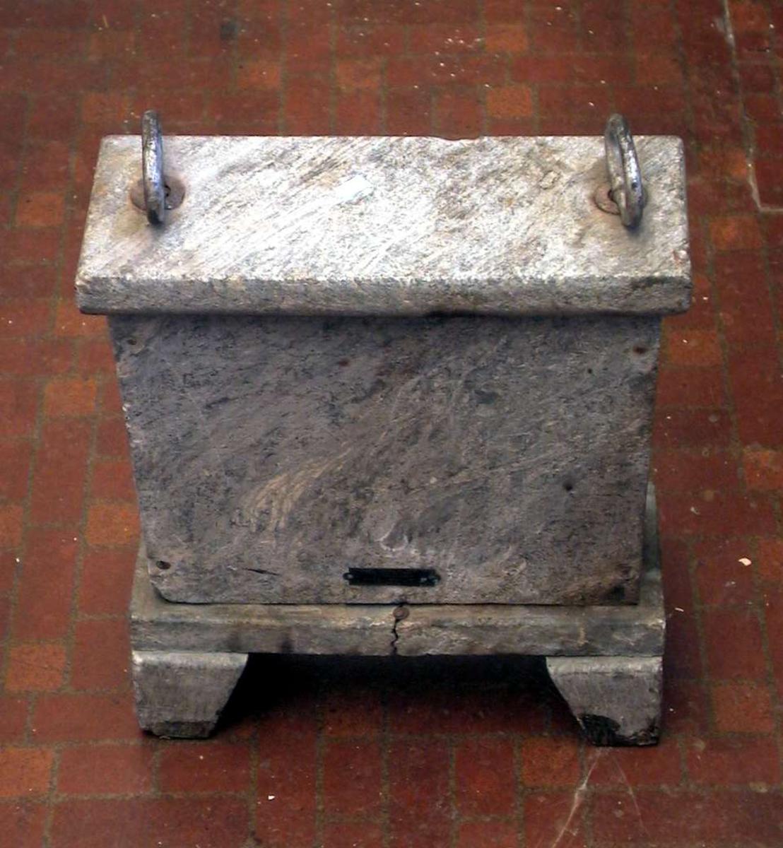 Elektrisk tilleggsovn i kleber. Det er sprekk i godset og det elektriske er ødelagt. På toppen har ovnen to hanker av jern.