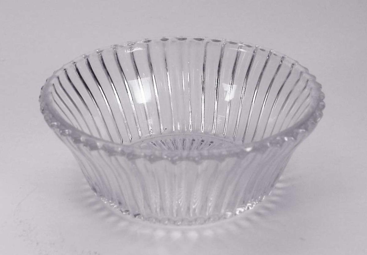 Sukkerskål i pressglass. Ligner på serien Nordlys fra Høvik. (Den ble første gang nevnt i katalog i 1932.)