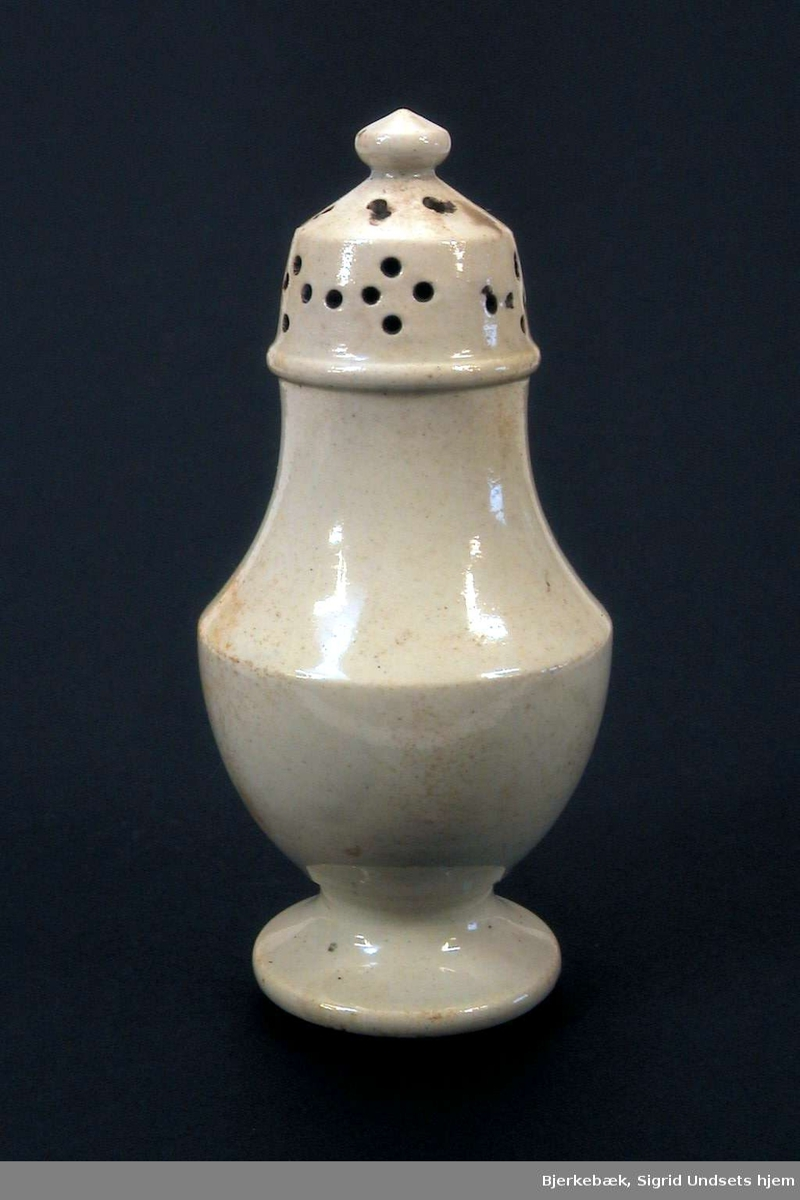 Saltkar i kremfarget keramikk.