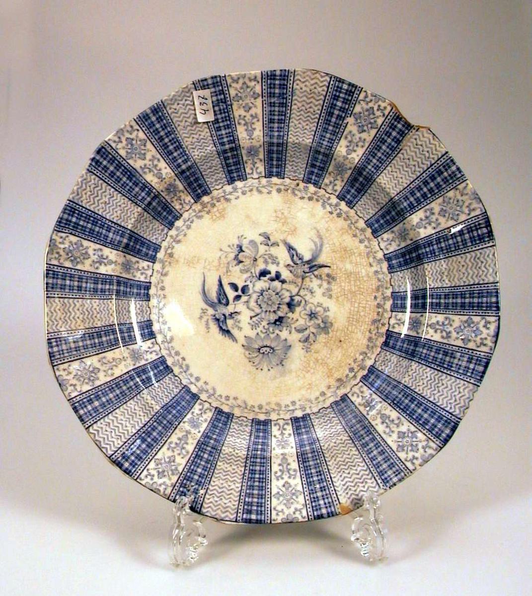 Tallerken, glasert hvit med blå dekor.