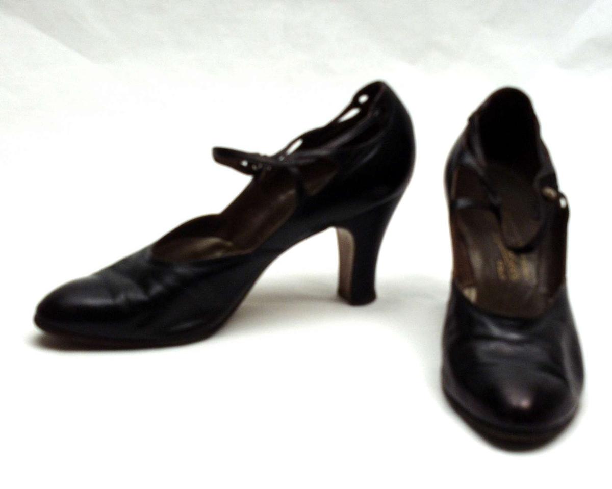 Et par sorte, høyhelte Bally-sko med ankelrem med spenne. Størrelse 7 1/5.