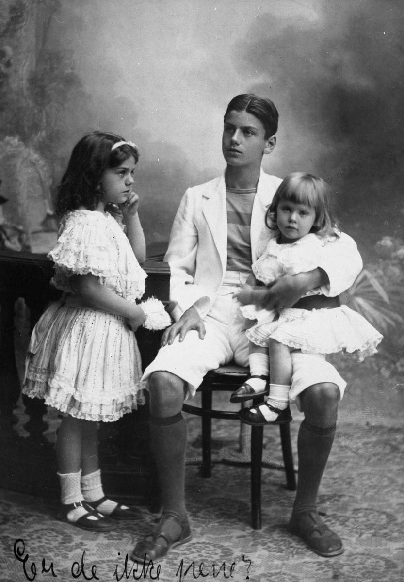 1. Tancred, Irene og Eleonora 2. Bergliot 3. Tancred 15 år  Samme bakteppe er brukt. Gutten har de samme klær. Kvinnen kledd i hatt med strutsefjær, kjole med pompon-besetning og slep. Hun holder noteblad i sangposisjon. Gutten kledd i matros-antrekk.