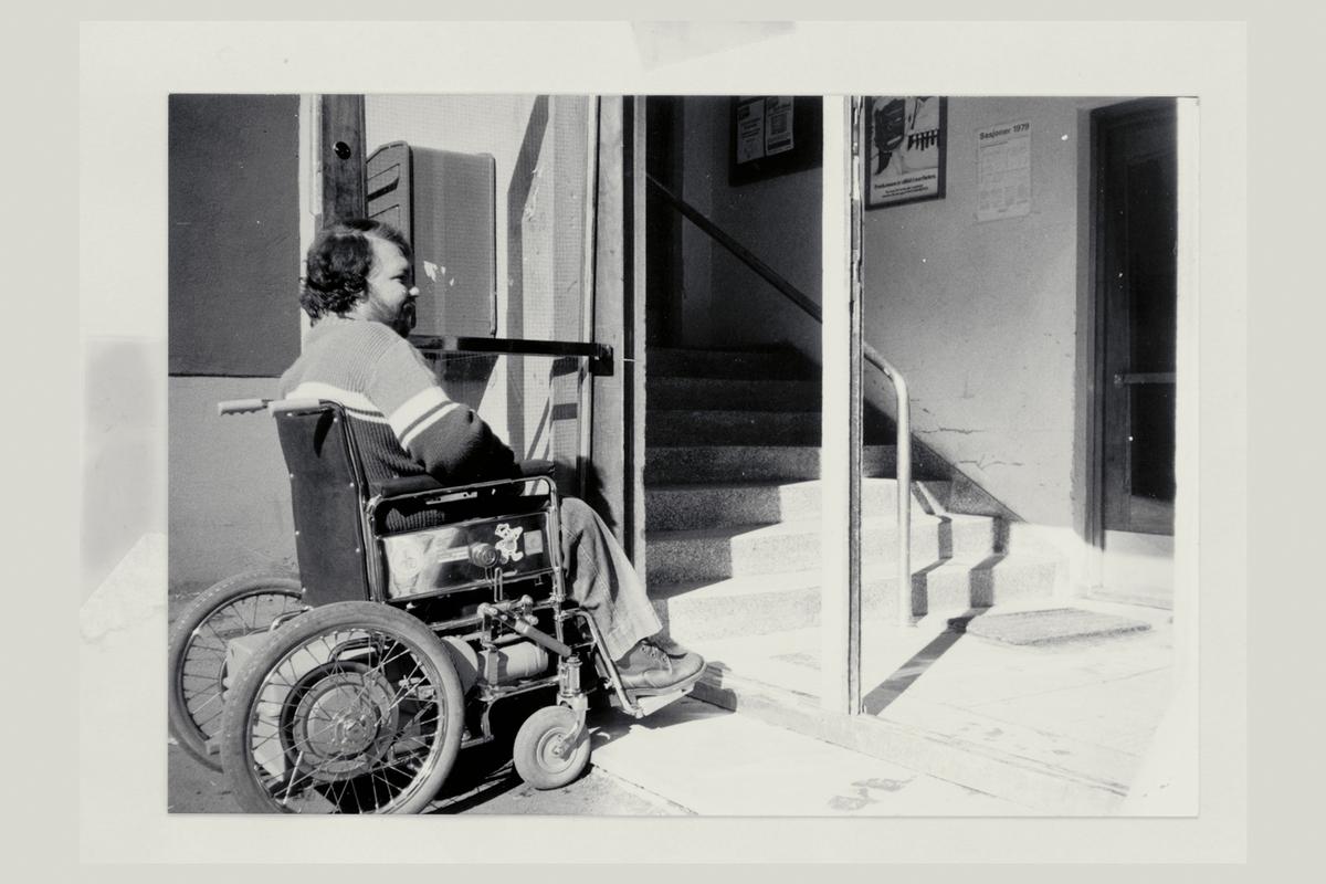 eksteriør, postkontor, Jan Gudmundsen, sitter i rullestol, handikapet, postkasse, utenfor inngangspartiet