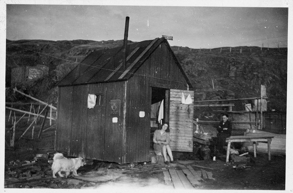 eksteriør, Mehamn, midlertidlig postkontor, skilt, mann, kvinne, hund