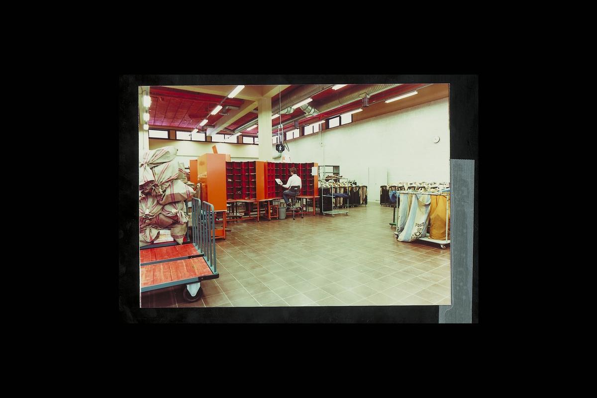 interiør, postterminal, 4604 Kristiansand S, sortering, postsekker, sorteringsreoler