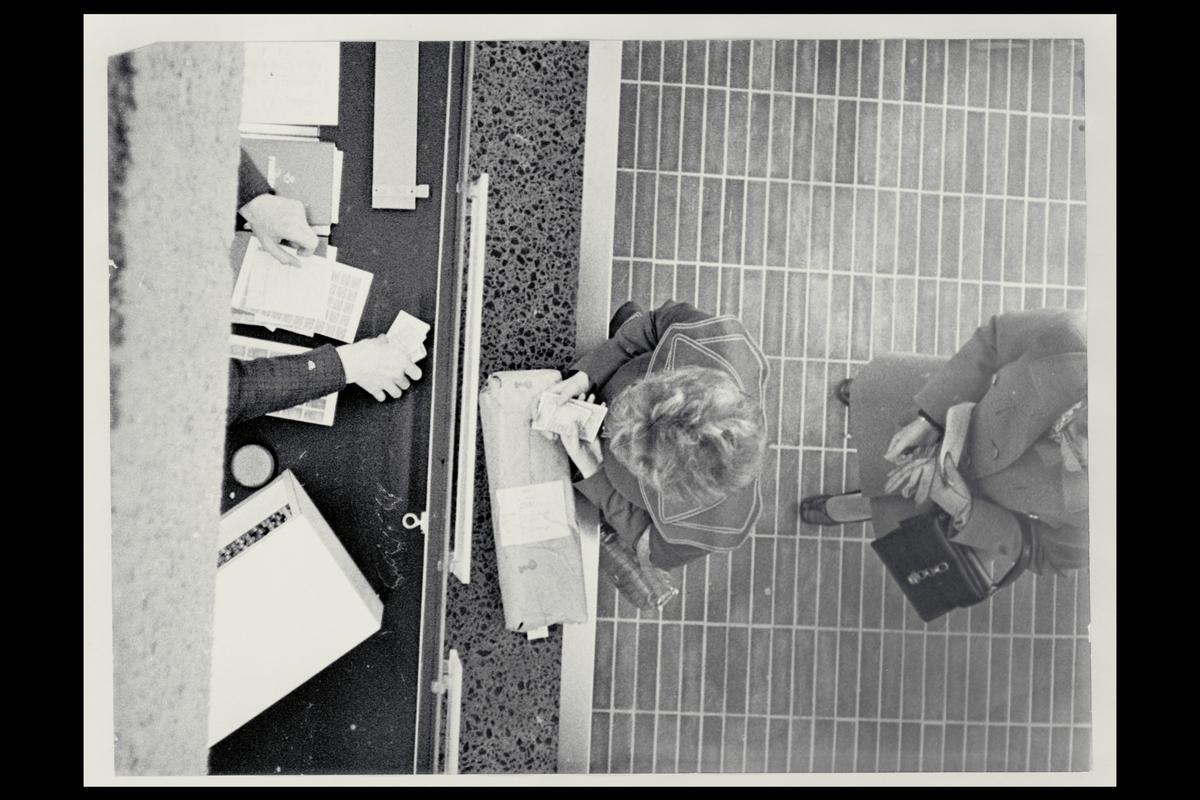 interiør, postkontor, salg av frimerker, 2 kunder, pakke, personal