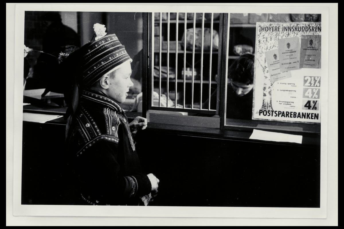 interiør, postkontor, ekspedisjon, gutt med samedrakt