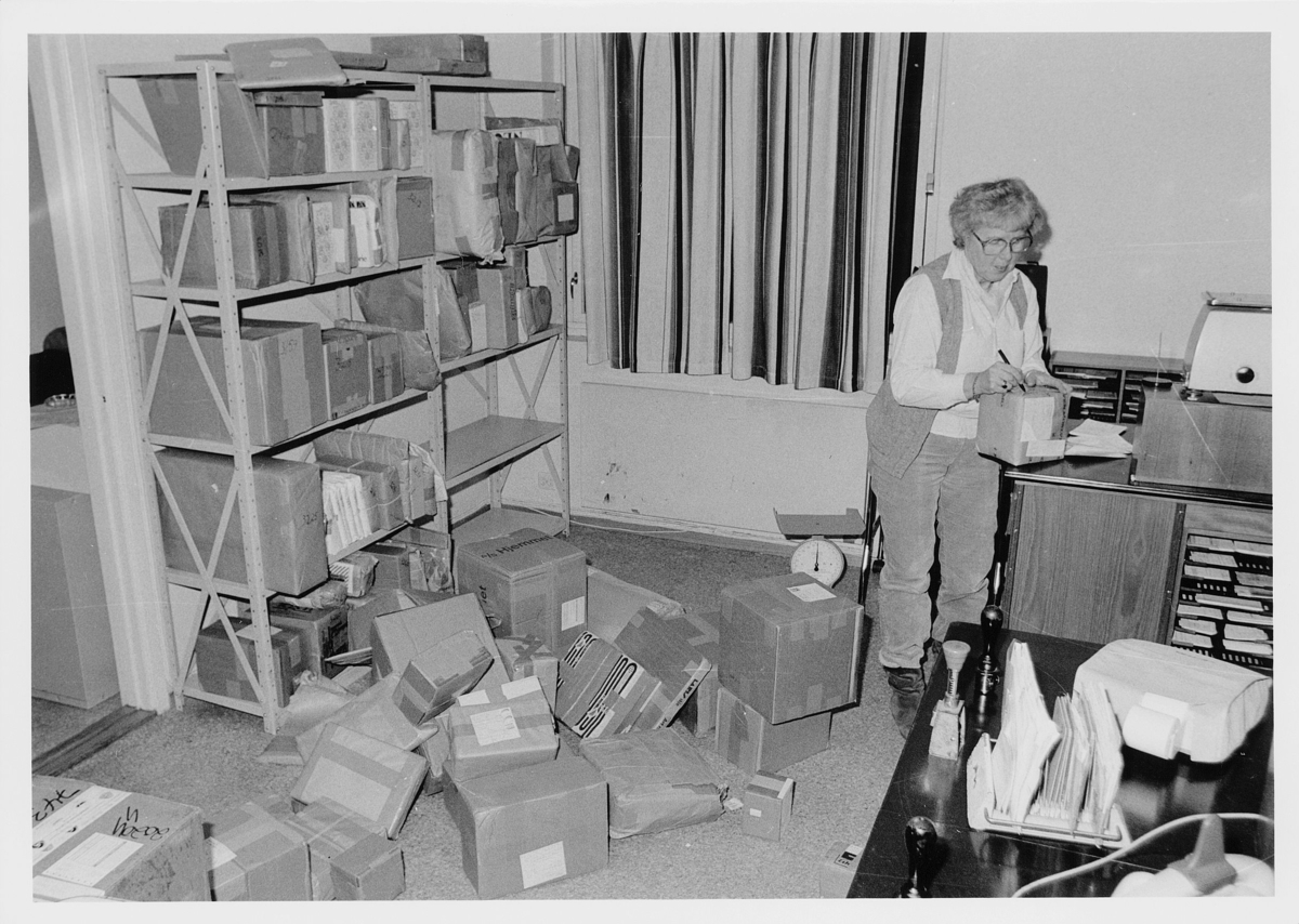 interiør, postkontor, Skedsmokorset, pakkepost, kvinne