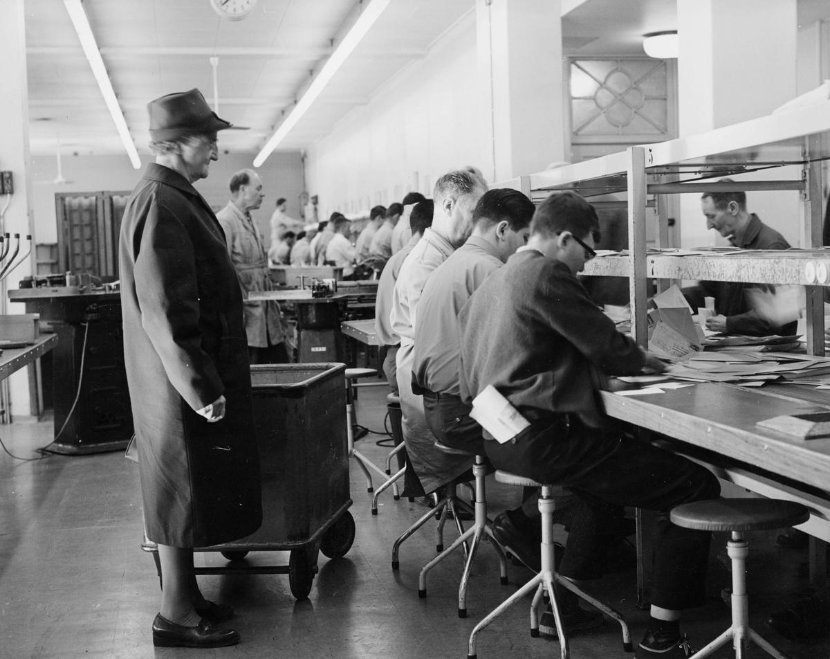 postbehandling, brevavdelingen 4 etg, Oslo, ordningsbord, kassetømmingen, stempelmaskin, sortering,