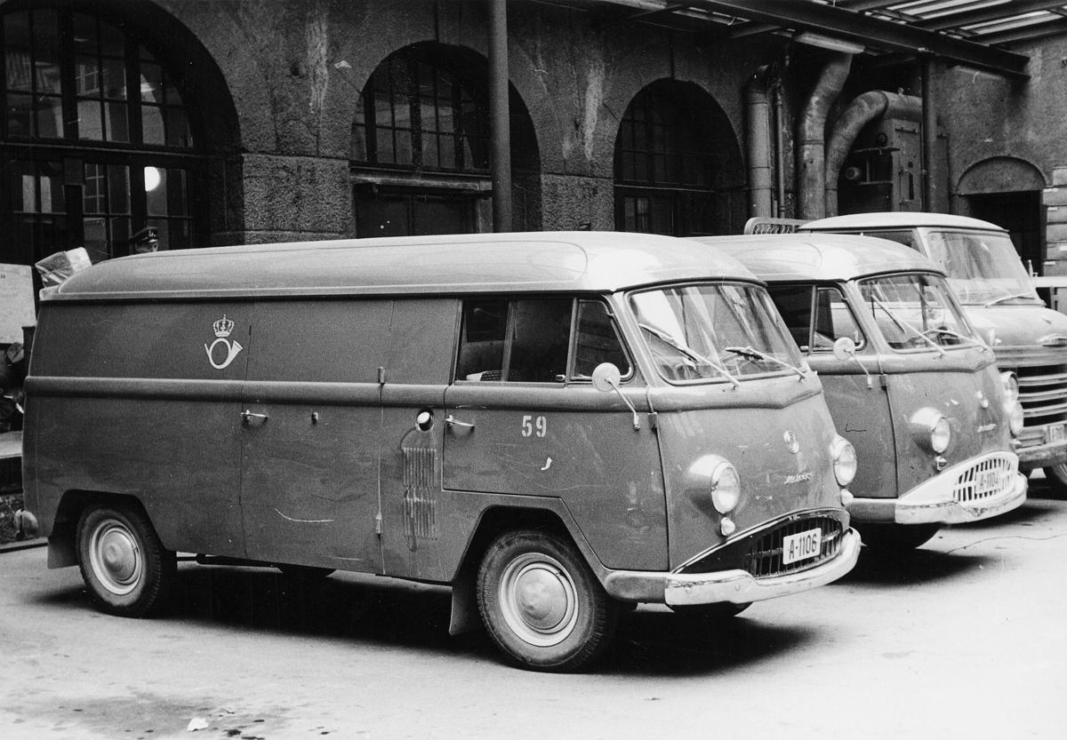transport, bil, Oslo postgård, postbil, postemblem. Nærmest to Matador varebiler (A-1106 er en 1961 modell). Bakerst en Volvo Snabbe lastebil.