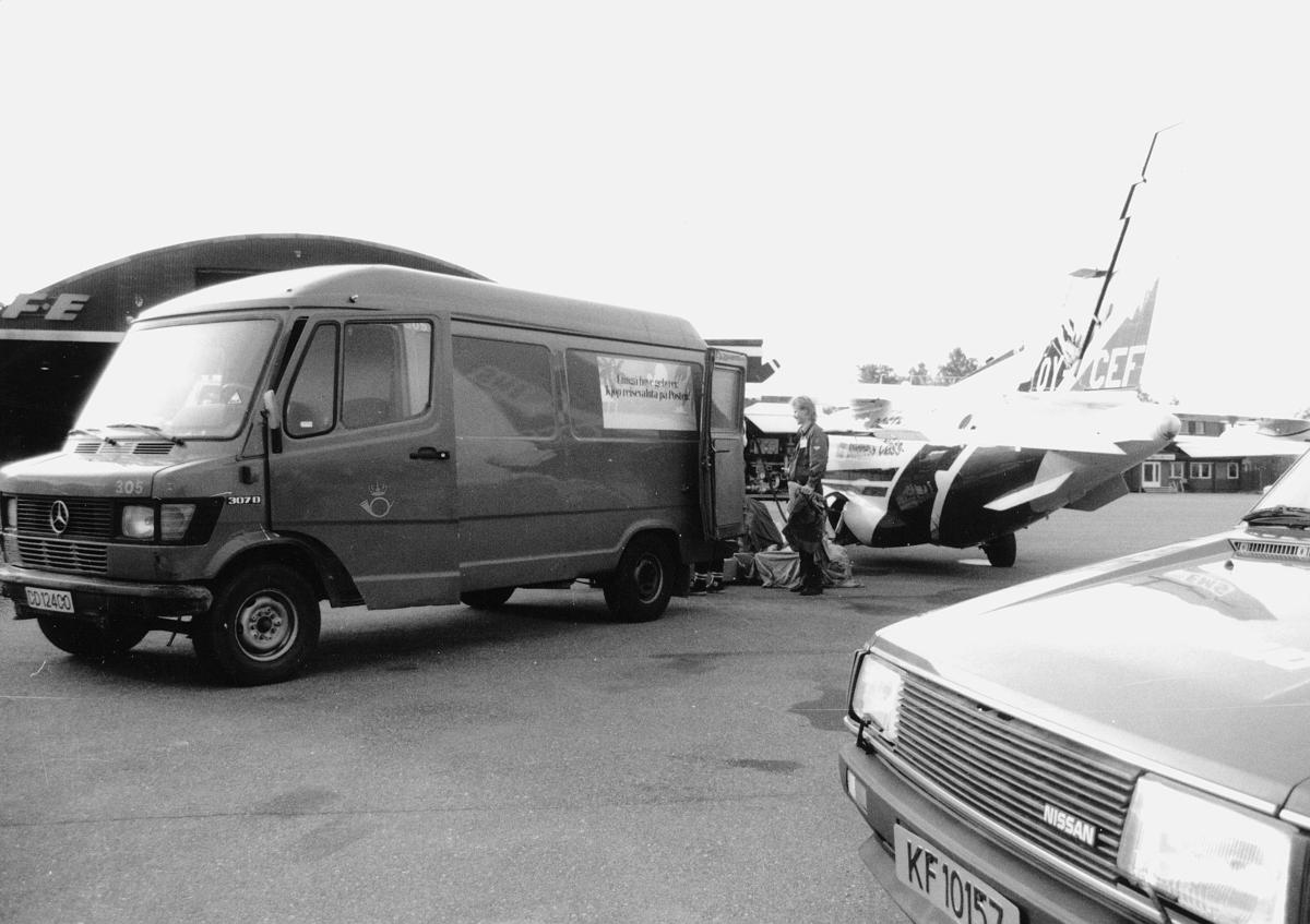 transport, bil, Fornebu, postbil, fly, EMS-Kurerpost, postsekker, mann, lossing, lasting