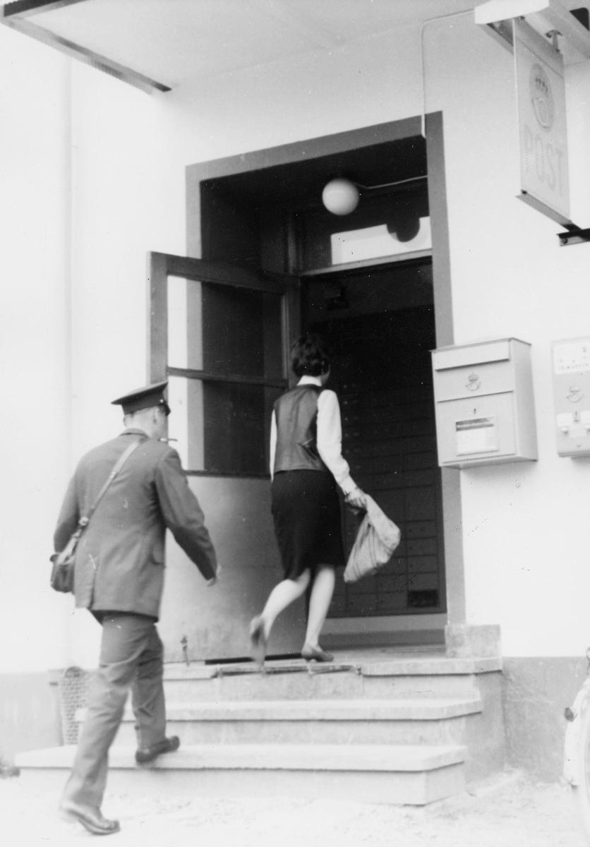 omdeling, postbud, postkasse, kvinne