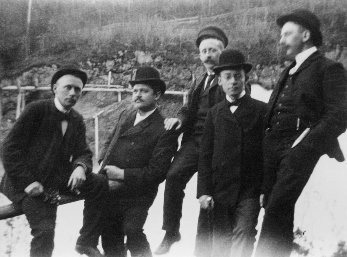 gruppebilde, posttjenestemenn på utflukt til Leirfossen ved Tronheim i 1904