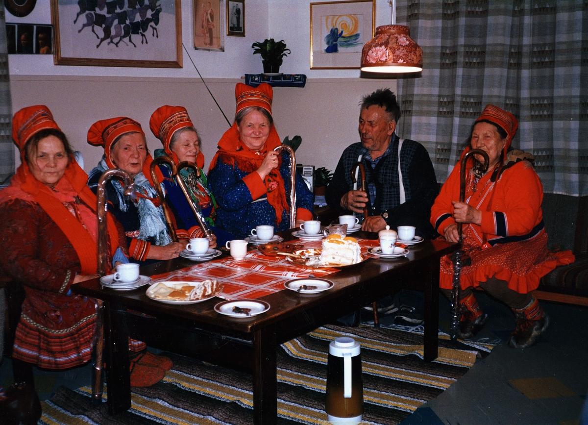 """markedsføring, aksjon """"Den gylne spaserstokk"""", Maze, Masi, fem kvinner og en mann sitter rundt et bord, samedrakt, servise, kake, alle holder en spaserstokk"""