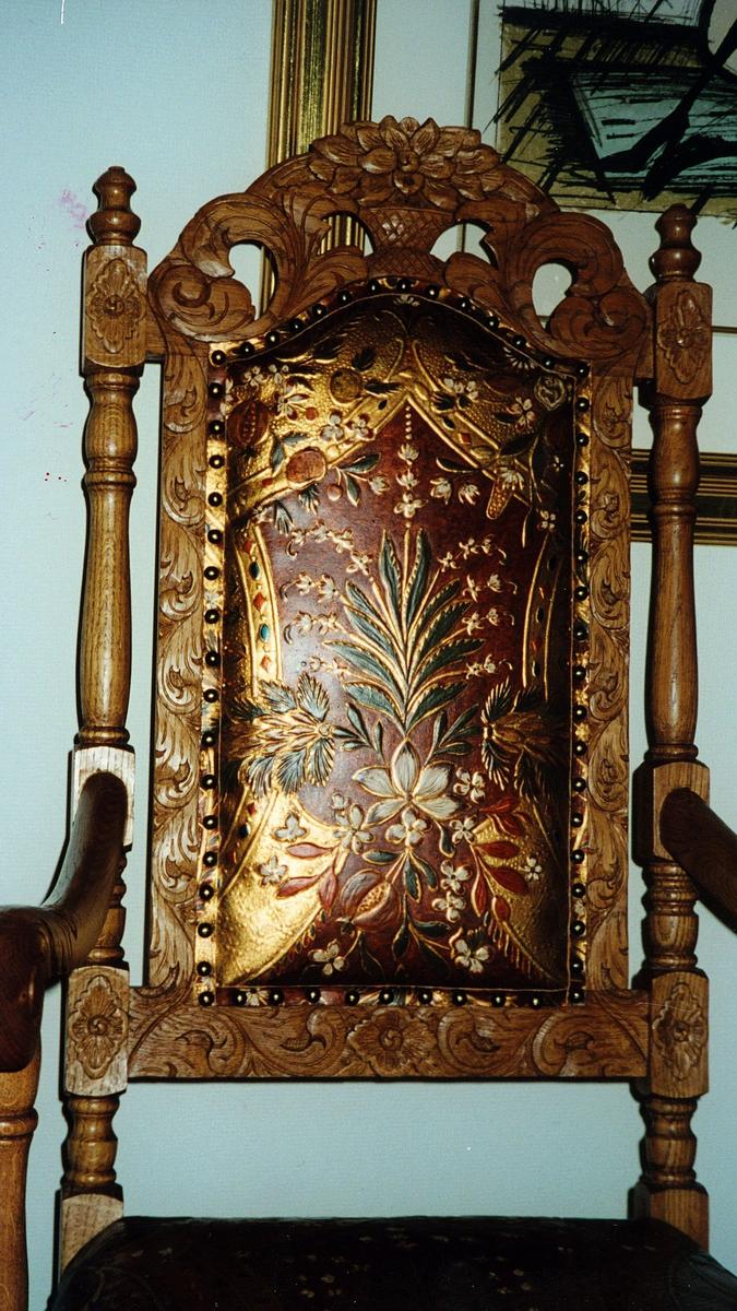 postmuseet, gjenstander, stoler, høyrygget gyldenlærstol, detalj av ryggen