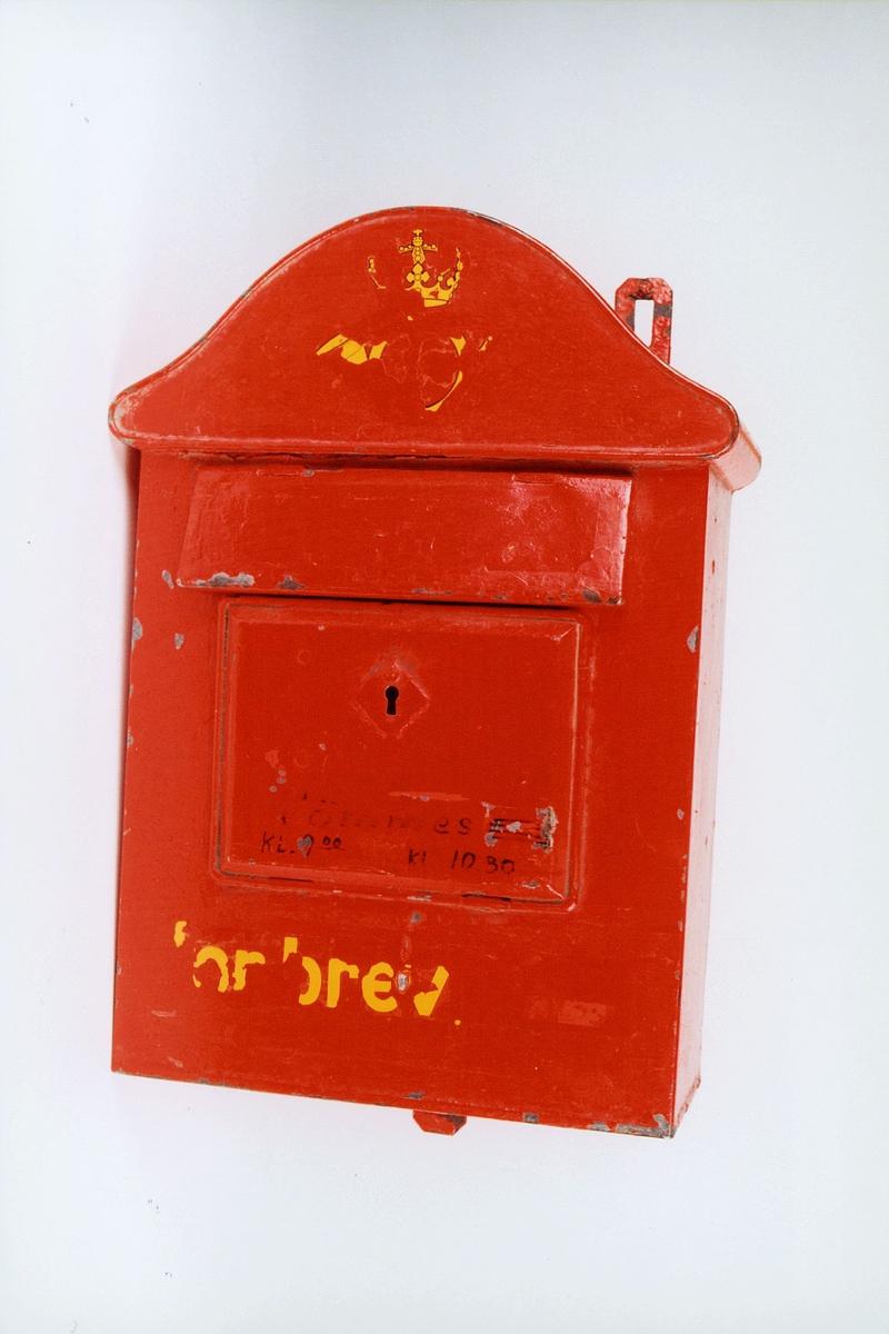 Postmuseet, gjenstander, postkasse, brevkasse, nøkkelhull, uten plakat, postlogo og bokstaver er avslitt, fra før 1956.