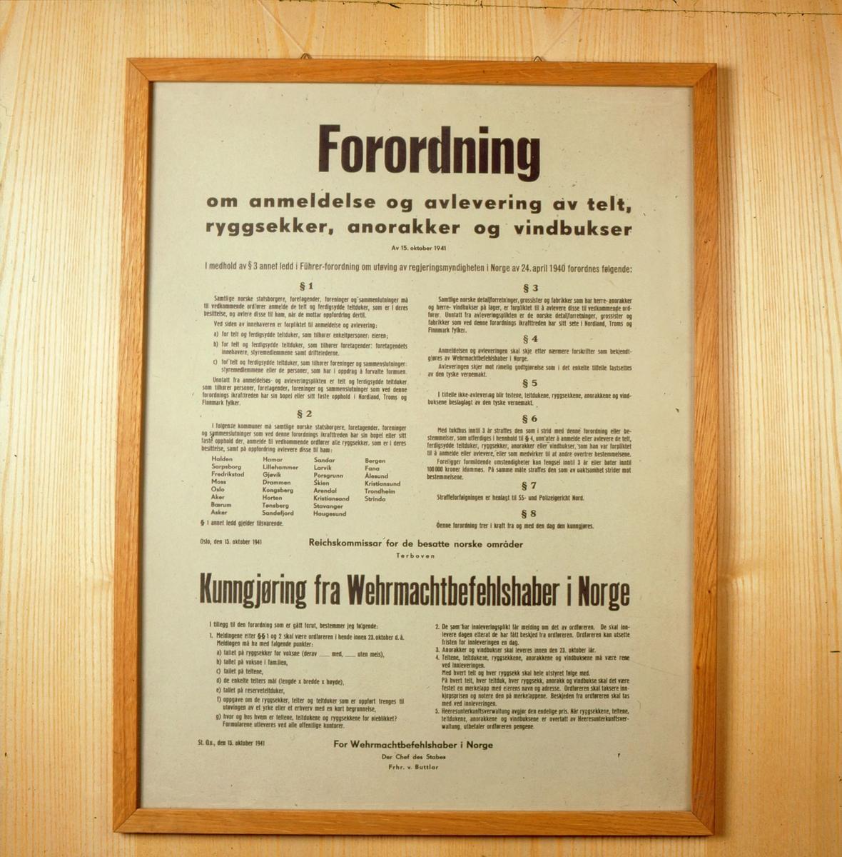postmuseet, Kirkegata 20, utstilling, frigjøringsjubileet, 8. mai 1995, plakat, forordning om anmeldelse og avlevering av telt, ryggsekker, anorakker og vindbukser, kunngjøring for Wehrmachtbefehlshaber i Norge