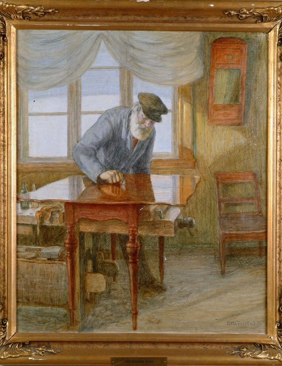 Snekkerverksted, hvithåret og skjegget mann i skyggelue og blå jakke, høyrev.; polerer bord over høvelbenk, vindu bak.