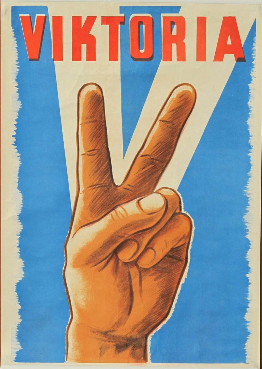 Hand med fingrene i  V-tegn. Venstre hånd gjør V tegn med peke og langfinger .  Brun mot blå bakgrunn, røde bokstaver..