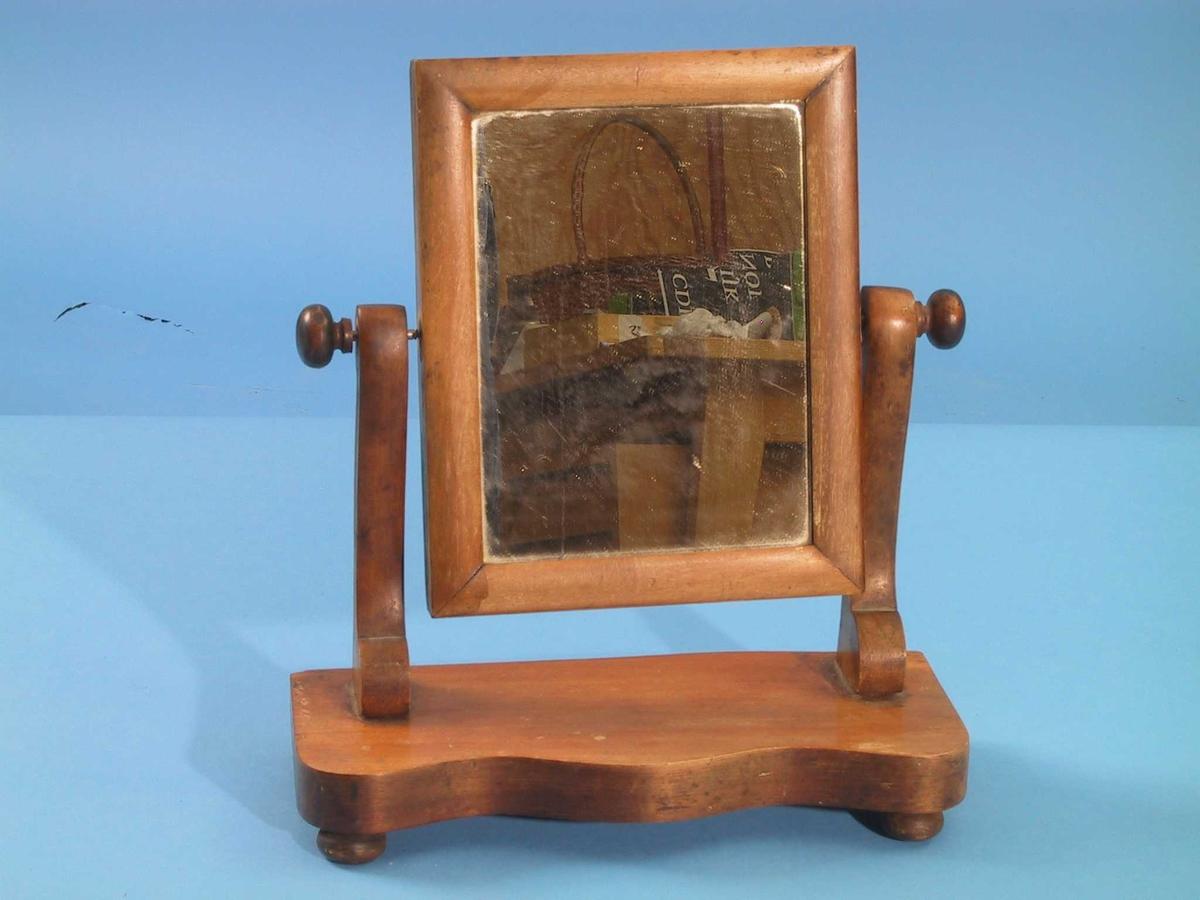 Vridbart rektangulært speil, montert mellom to stendere på fot.  Enkelt snekkerarbeid.