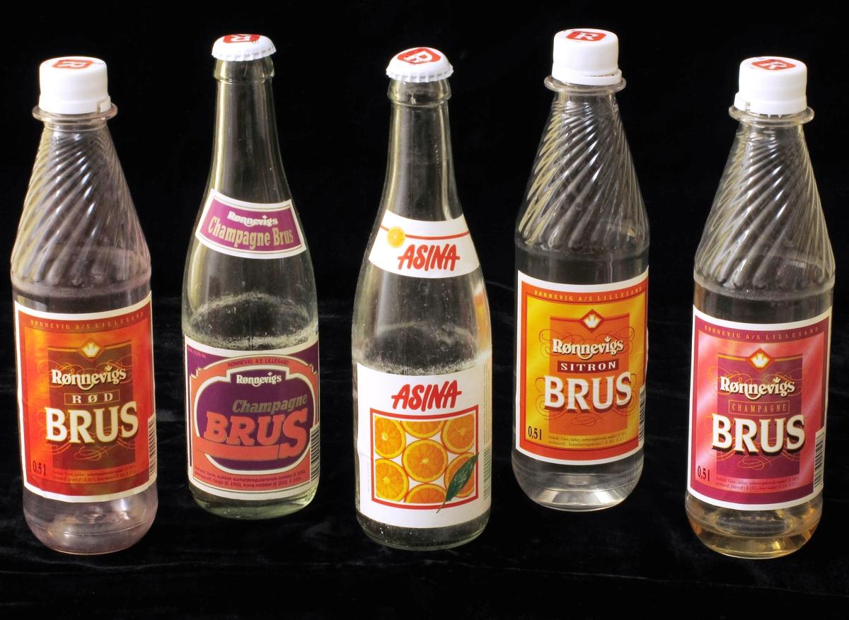 Bruskasse av plast m.rom for 24 flasker. Kassa er full av flasker, assortert utvalg brus fra Rønnevig. Gul kasse med rød skrift.