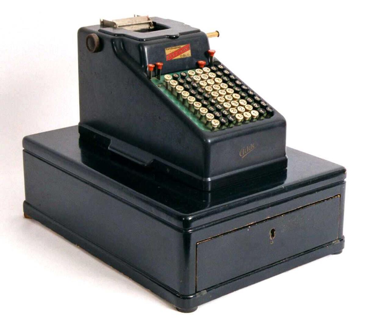 Form: Rektangulær kasse m. oppbygging for mekanisk regnemaskin m.m.