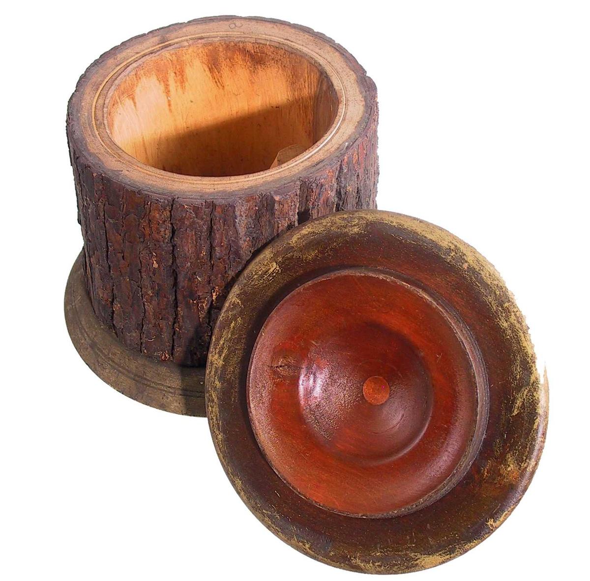 Form: Uthulet trekubbe festet til bunn med skruer. Dreiet lokk med kule på toppen.