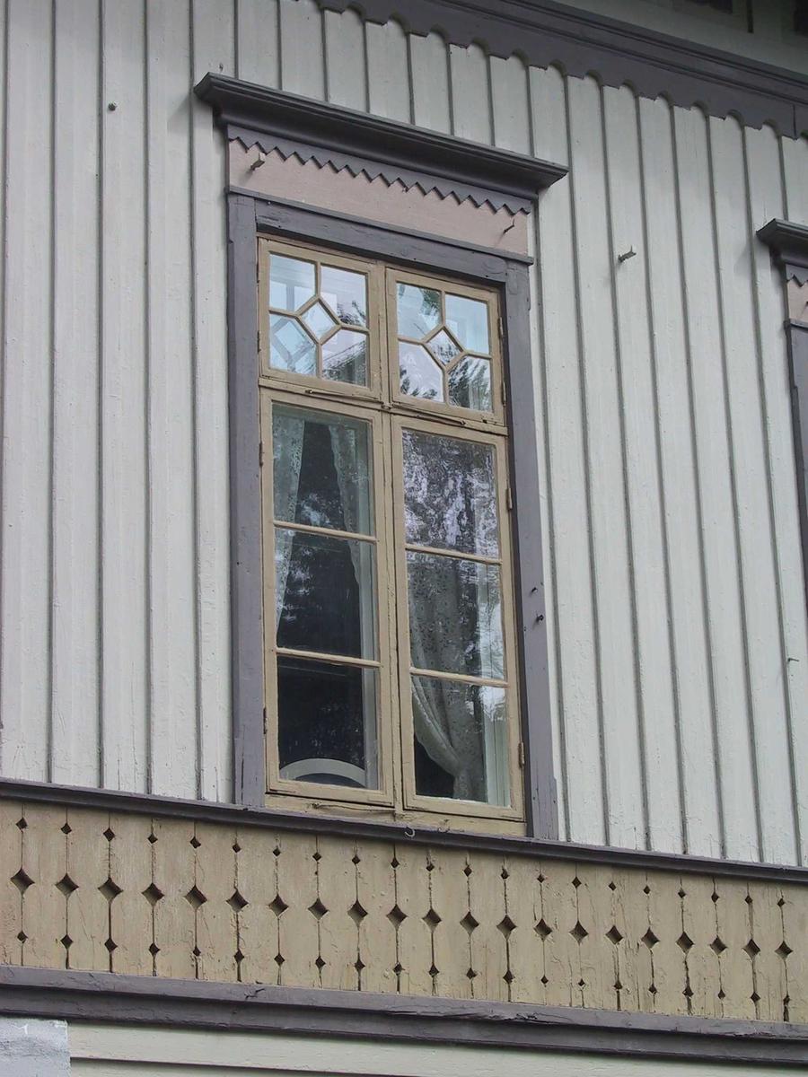 Langsæ gård. Våningshus i sveitserstil oppført 1857. Vindu og panel.