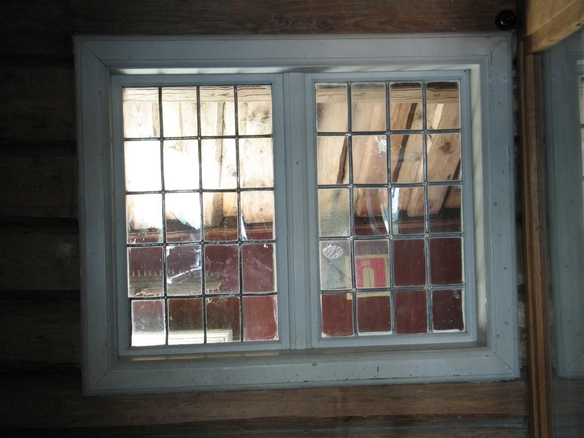 Merdøgaard, våningshuset. Invendig vindu i 2. etg. ut mot svalgangen på husets sørside. Vindu i barokkstil, mens de utvendige vinduene er skiftet til empirevinduer.